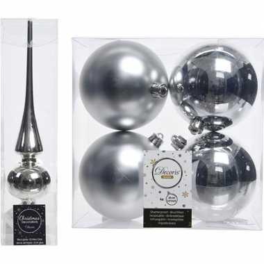 Plastic kerstboom decoratie zilver piek en 4x kerstballen 10 cm