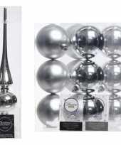 Plastic kerstboom decoratie zilver piek en 12x kerstballen 8 cm